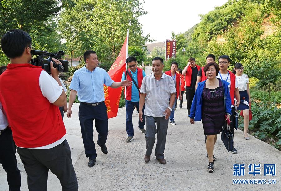 记者采访徐启来