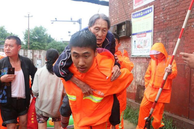 大暴雨中山西公安投入两万警力抢险救援