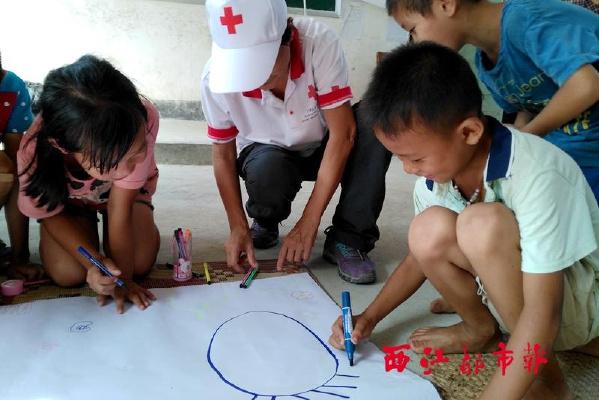 广西红十字会心理救援队为震区灾民提供心理帮助