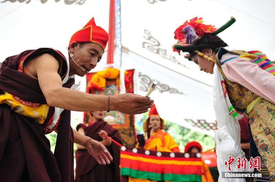 资料:拉萨雪顿节 藏戏大赛受热捧