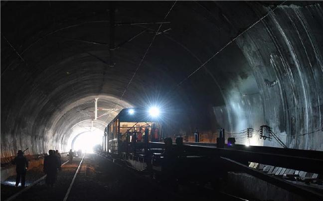 中越中老国际铁路昆明至玉溪段全线铺通