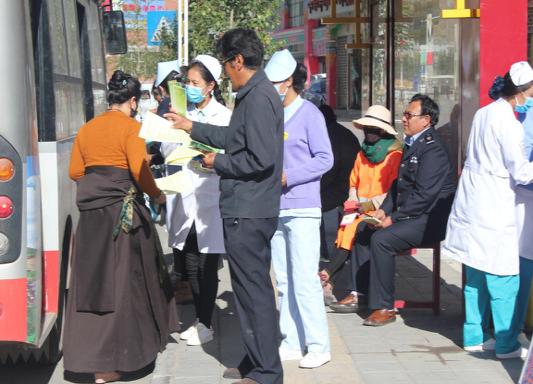 """玉树市文明办组织开展""""公民道德宣传日""""活动"""