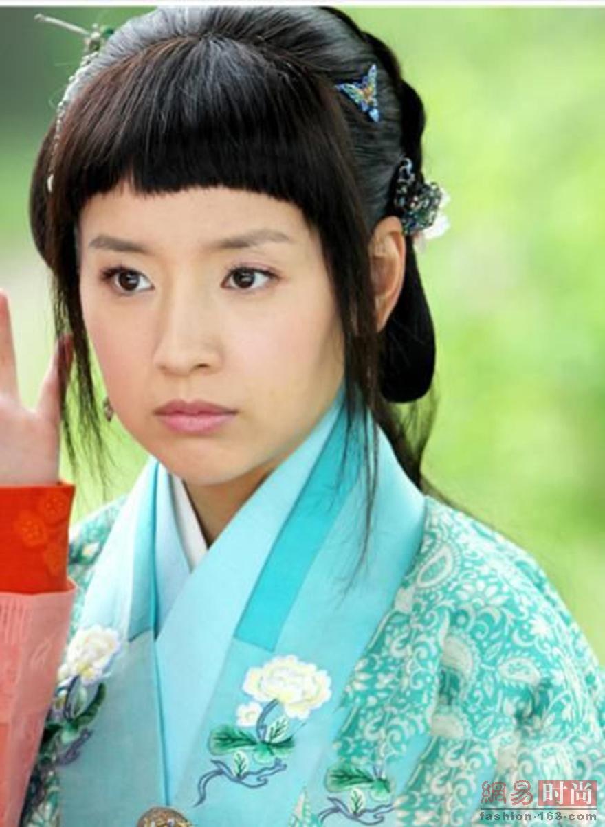 《青云志》中赵丽颖饰演的碧瑶也是这款造型,厚重的刘海看起来仿佛是