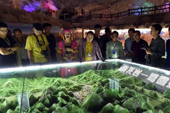 广西凤山:天然溶洞地质博物馆吸引游客