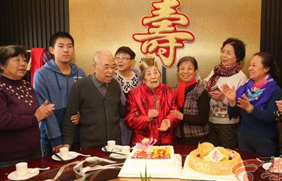西安102岁老人五世同堂 爱吃红烧肉爱看足球赛