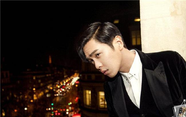 张若昀亮相巴黎看秀 逗趣自黑:除了我都美