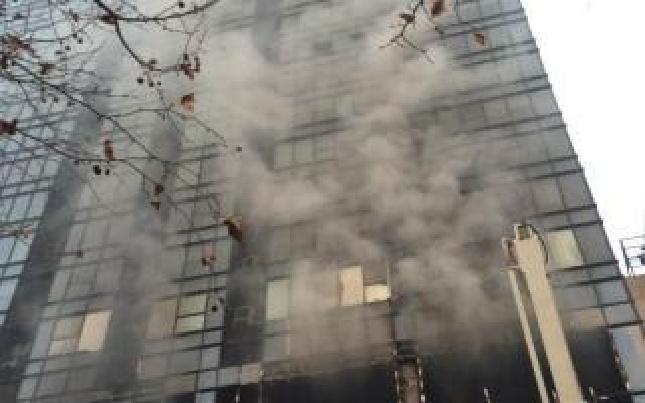 郑州一大型商场发生火灾 目前未发现人员伤亡