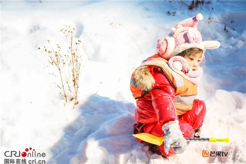 芒果TV《爸爸去哪兒第四季》第十一期黑龍江之旅啟程,萌娃奶爸們在冰天雪地裏體驗東北風情。萌娃們組成掃雪小分隊,考拉獲全票支持,成為小分隊的紀律委員,而萌娃們在皚皚白雪中萌態百出趣味十足,不僅培養了團隊協作的默契還領悟到了勞動的樂趣。 考拉獲萌娃全票支持 當選掃雪紀律委員 掃雪小分隊的紀律委員競選環節,安吉、亦航、考拉踴躍參選,而考拉獲得了三位選民的全票支持。三萌娃分別闡述競爭優勢,安吉搬出小魚兒助陣:我在家老管弟弟。而考拉的理由最搞笑:我管得特別好,因為我在家經常管我的狗!童言童語惹得老爸們哄堂大笑,老