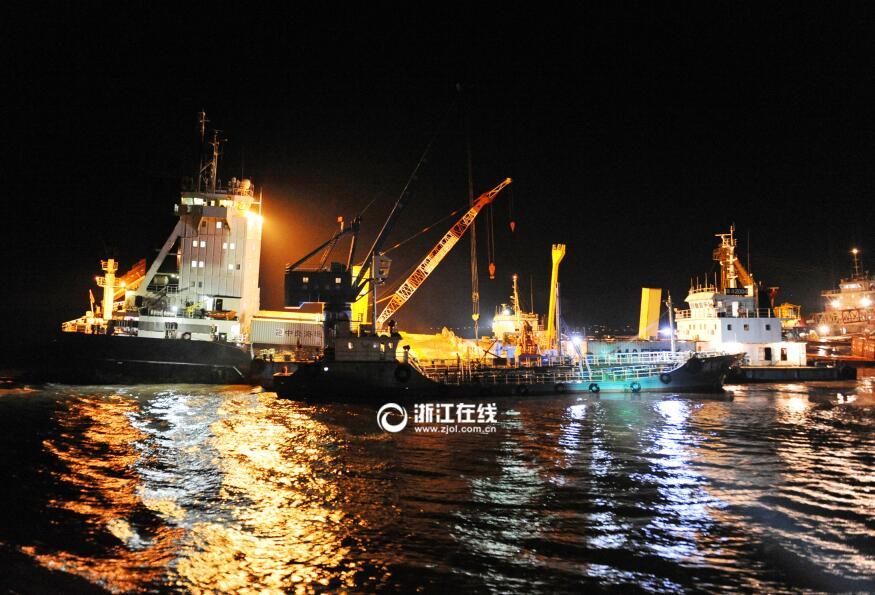 宁波籍集装箱船触礁进水 932个集装箱海上艰难转移