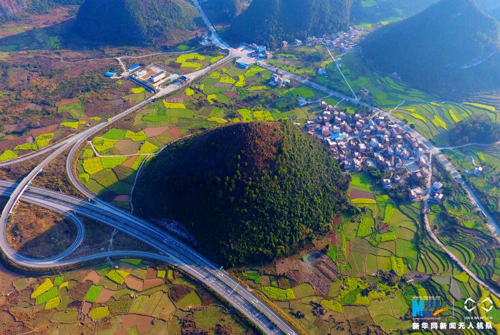 图为2月12日航拍的兰海高速公路黔桂交界路段油菜花盛开。新华网发 高东风摄