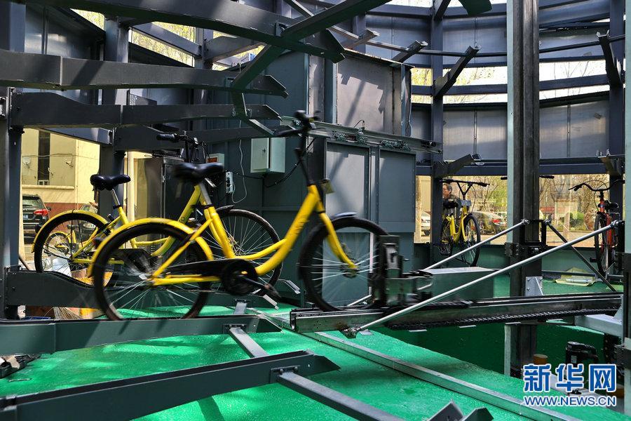 自行车智能车库机械手正在自动精确抓取自行车