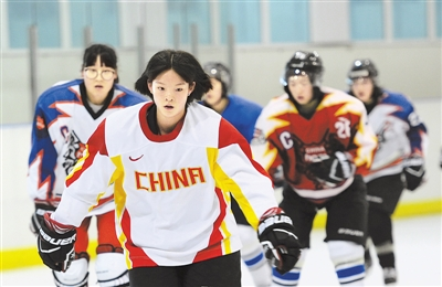 """河北女子冰球队:青春不惧""""零基础"""""""
