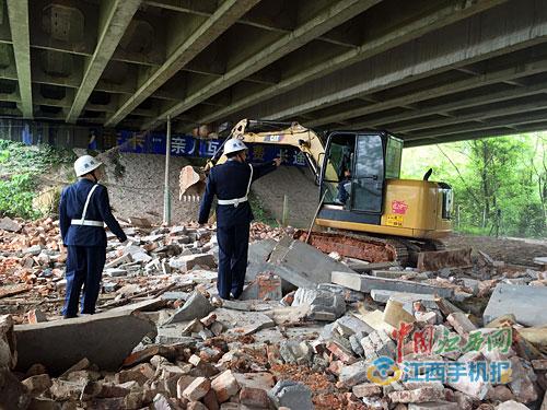 大广高速武吉段桥梁下有人违法搭建猪圈数年
