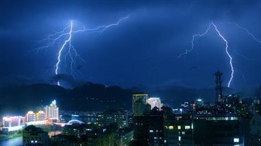 大连气象台主持人户外出镜遭遇雷击