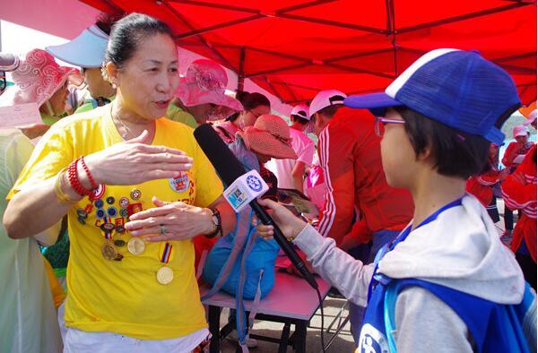 新华小记者走进大连国际徒步大会