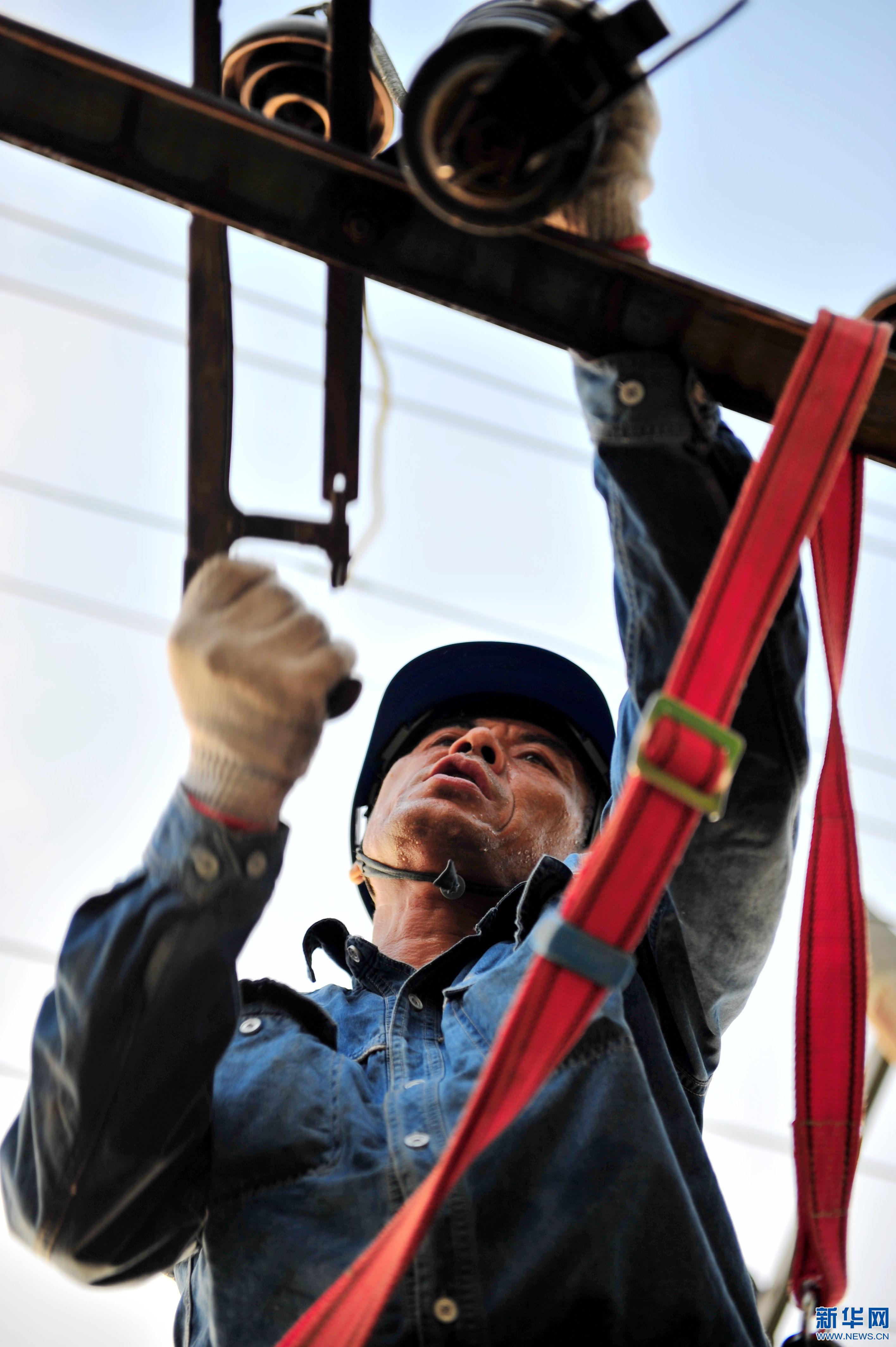 8月2日,供电员工冒着高温,抓紧接线更换变压器.