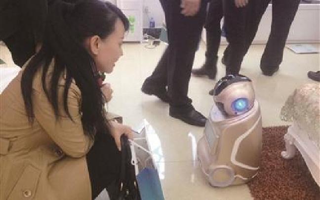 """机器人来陪聊 智能床垫能""""查体"""""""