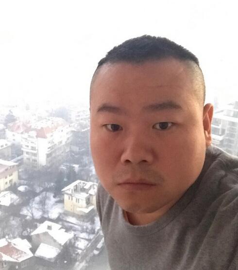 岳云鹏刚睡醒的样子脸更肿 网友把他认成郭德纲了