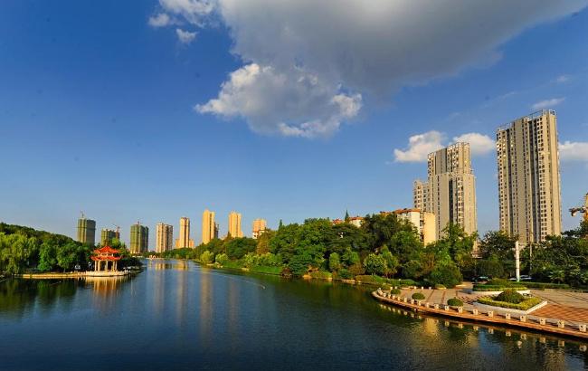 滁城南湖公园蓝天白云下的美丽景色