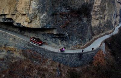 陕西汉中:巴山深处的挂壁公路