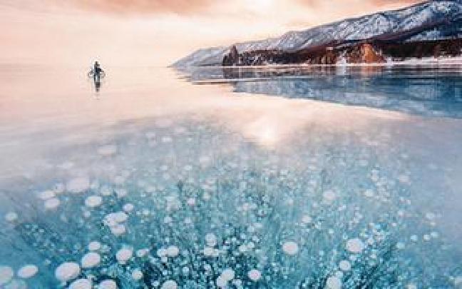 贝加尔湖冰封湖面美如翡翠