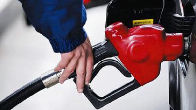 """春節出游收到油價""""禮包"""" 92號汽油降至每升6.46元"""