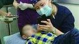 """五岁娃手受伤手术 女护士举""""熊出没""""40分钟"""