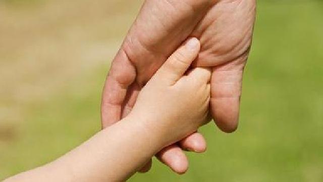 沈阳:4岁男孩上不起幼儿园 爱心民警来帮他