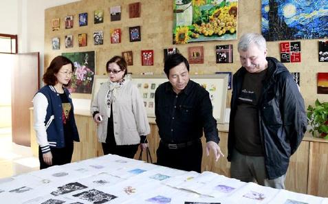 国际版画名家参观滨海新区汉沽八中版画工作室