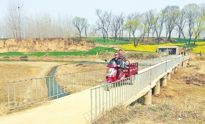 漯河一独臂村民打工攒钱在澧河上架桥 造福两岸村民