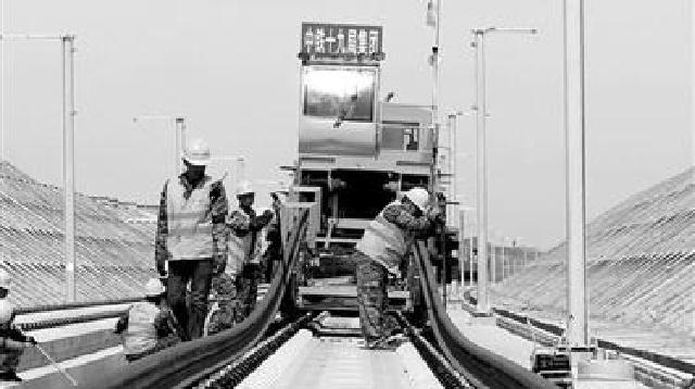 京沈客专朝阳段铺轨工程如火如荼