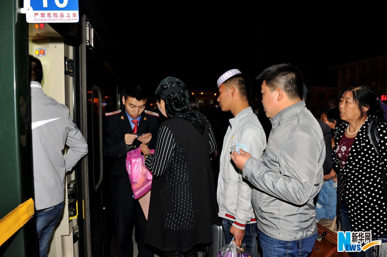 青藏铁路的一天和十年——新华社记者乘坐青藏铁路列车见闻