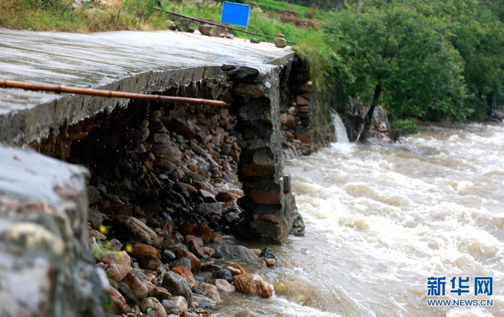 安徽岳西遭暴雨袭击 多处山体滑坡道路受阻