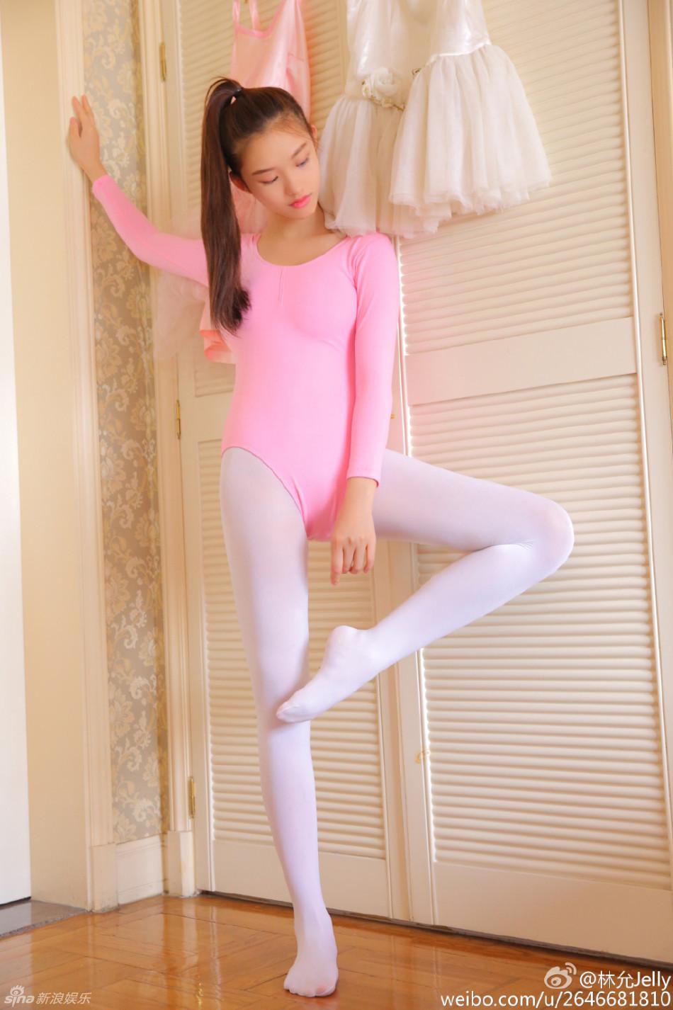 粉红色的少女!林允穿舞蹈服白丝袜水灵灵