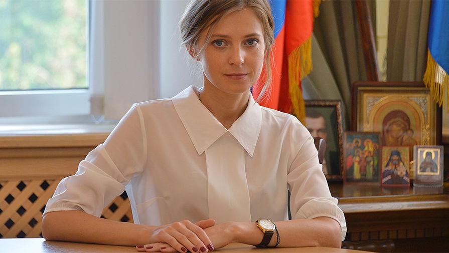 克里米亚美女检察长纳塔莉娅波克隆斯卡娅近日拍摄一组办公室写真照片。照片中的她穿上了白色翻领短衫,齐肩秀发被随意挽成脑后发髻,端庄之中透出亲和。(网页截图) 据俄罗斯媒体报道,克里米亚美女检察长纳塔莉娅波克隆斯卡娅近日再次改变个人形象在办公室拍摄的一组写真照片中,她穿上了白色翻领短衫,齐肩短发被随意挽成脑后发髻,端庄之中透出亲和。值得注意的是,从照片背景中可以看到,波克隆斯卡娅办公室内悬挂着俄现任总统普京和前沙皇尼古拉二世的大幅肖像。(宁远)