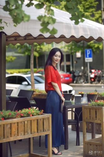原子霏街拍曝光 红衣露香肩阔腿裤时尚图片