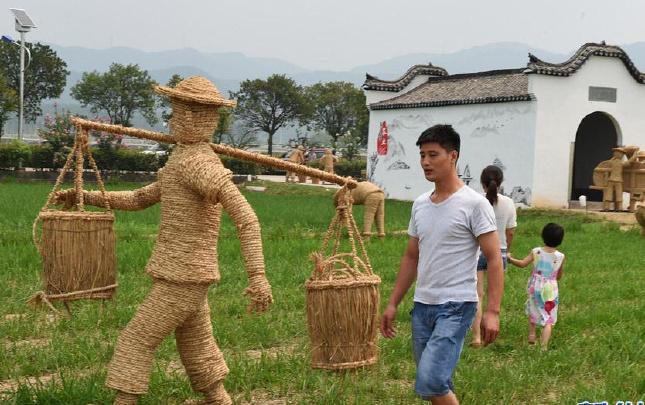 浙江义乌:稻草人演绎农耕文化