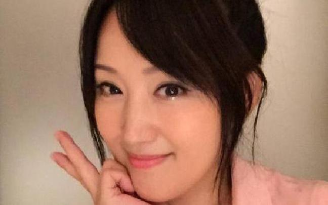 杨钰莹穿粉衣自拍 45岁仍甜美清纯