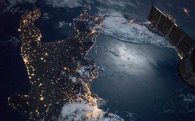 宇航员拍摄地球夜景:灯火辉煌灿烂 海水平滑如镜