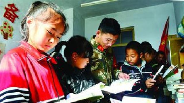丹東:邊防官兵給駐訓地孩子送愛心圖書