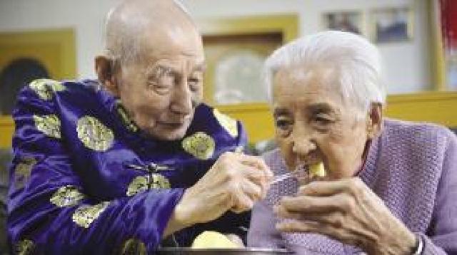 沈阳世纪爱情 他106岁她100岁每天牵着手入睡