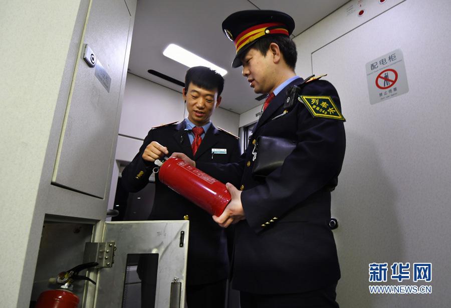车组乘务员制服 求图片-南京西到北京的列车乘务员 ...