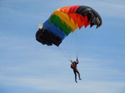 西安一女子报团游泰国 玩跳伞时坠海