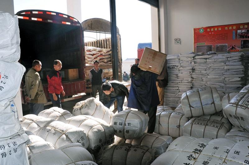石屏县发放冬春救助物资 确保困难群众安全过冬