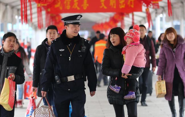 阜阳铁警全力奋战春运返程客流高峰