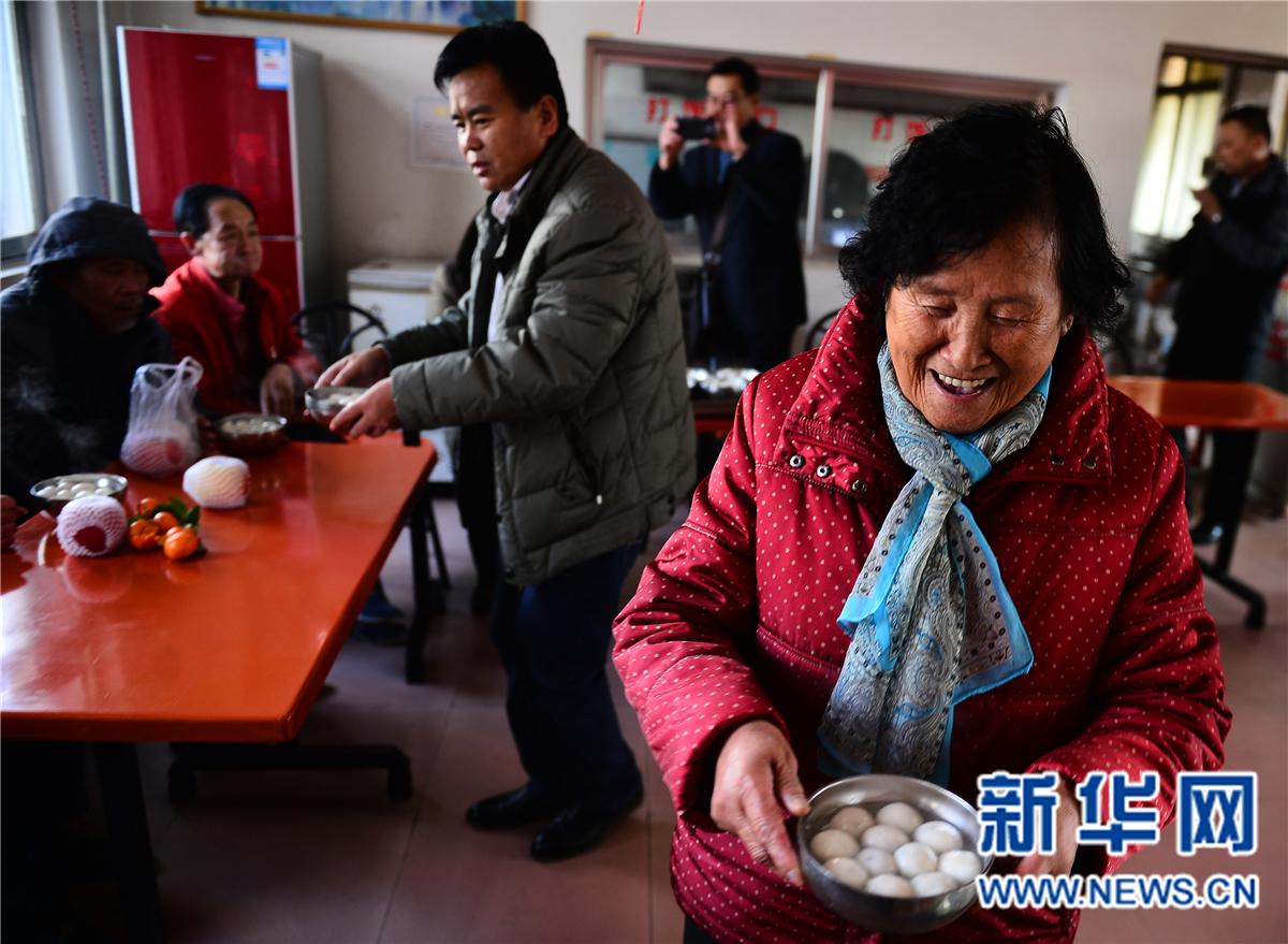 青海西宁:母子爱心汤圆温暖孤寡老人