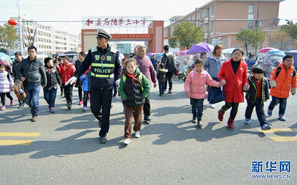 """安徽和县启动""""交警护学岗"""""""