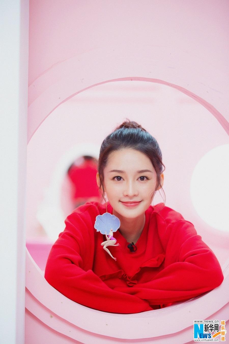 李沁甜美亮相综艺节目 古灵精怪满满少女力