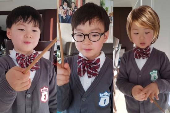 韩国演员宋一国2月18日晒出三胞胎儿子的近期照片.
