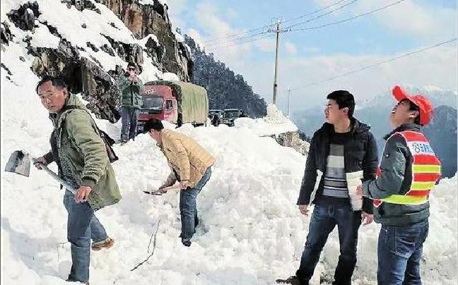 怒江贡山县气温骤降 独龙江公路被积雪覆盖